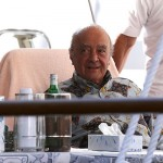 2B037BBF00000578-3182344-Dining_Al_Fayed_waits_to_be_served_by_a_member_of_staff_as_he_re-a-24_1438446588523